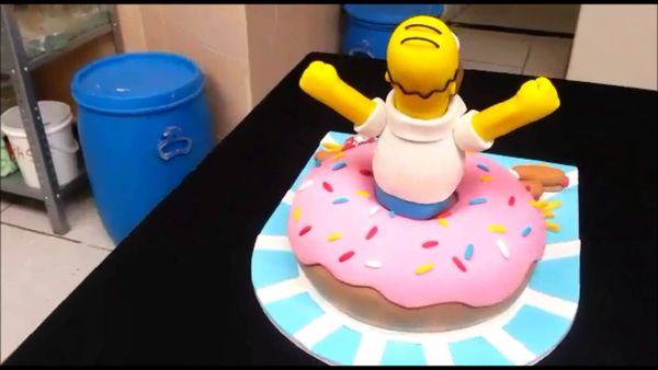 Гомер вылазит из пончика торт