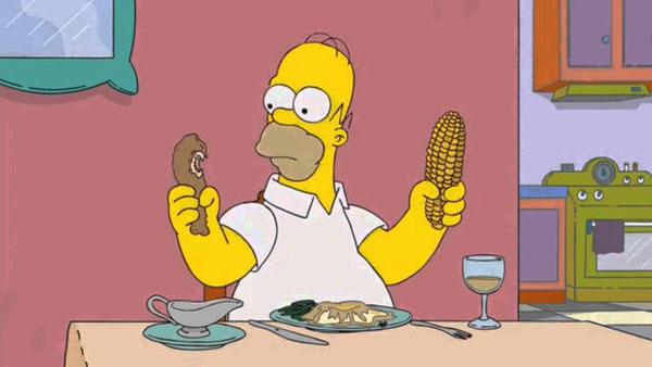 Гомер за обедом, что съесть: курицу или кукурузу?
