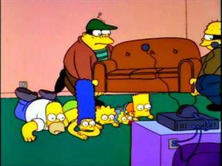 Грабители уносят диван Симпсонов