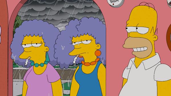 Пэтти и Сельма курят на улице