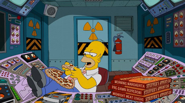Гомер ест пиццу