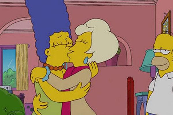 Мардж целует женщину, лесби