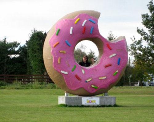 Огромный пончик в центре города